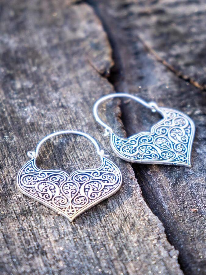 Orecchini pendenti ottone placcato argento a cuore con greche