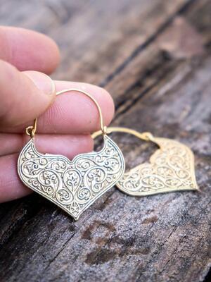 Orecchini pendenti ottone naturale a cuore con greche