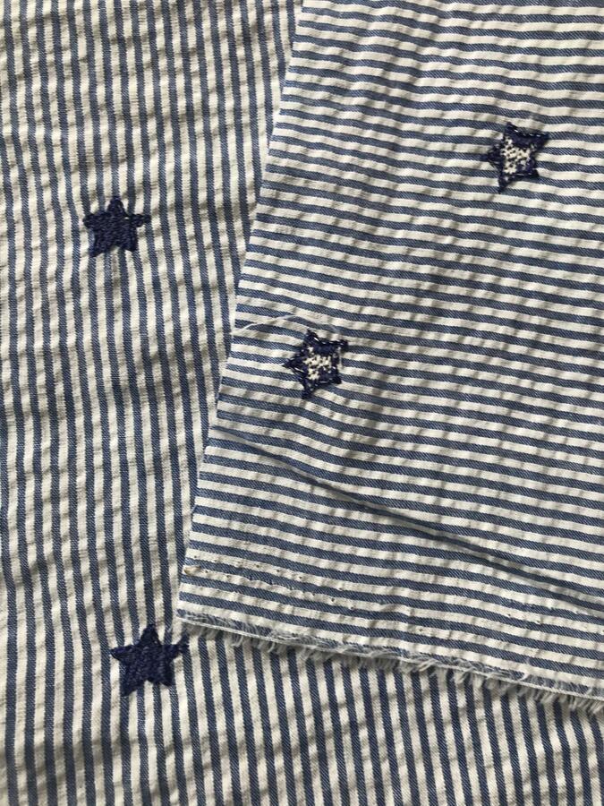 Cotone goffrato ricamato con stelline blu
