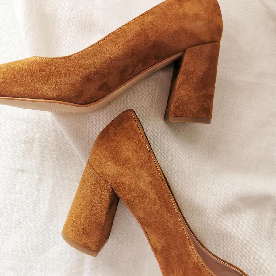Scarpa con tacco largo in pelle scamosciata