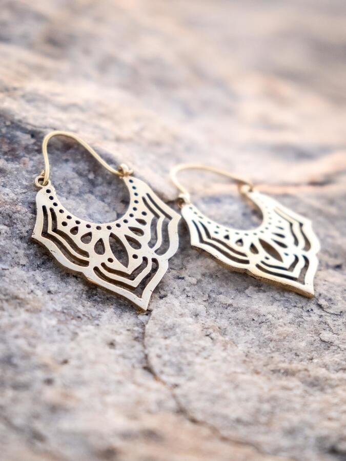 Orecchini pendenti ottone naturale a punta con greche geometriche