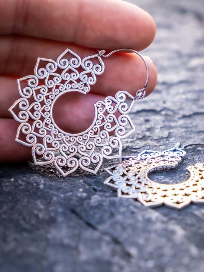 Orecchini color argento a forma di sole con cuori e chiusura a gancio