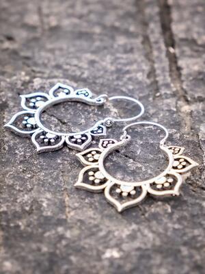 Orecchini argento rotondi con greche di petali a cuore