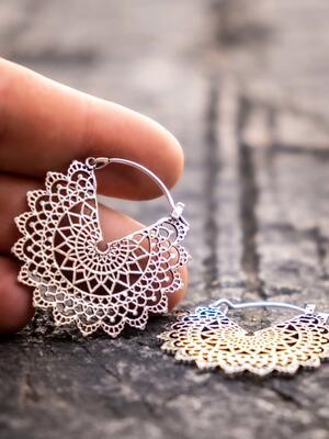 Orecchini piccoli argento rotondi con ricamo mandala e chiusura a gancio