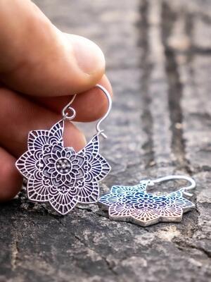 Orecchini mini, placcati argento con mandala a fiore e chiusura a gancio