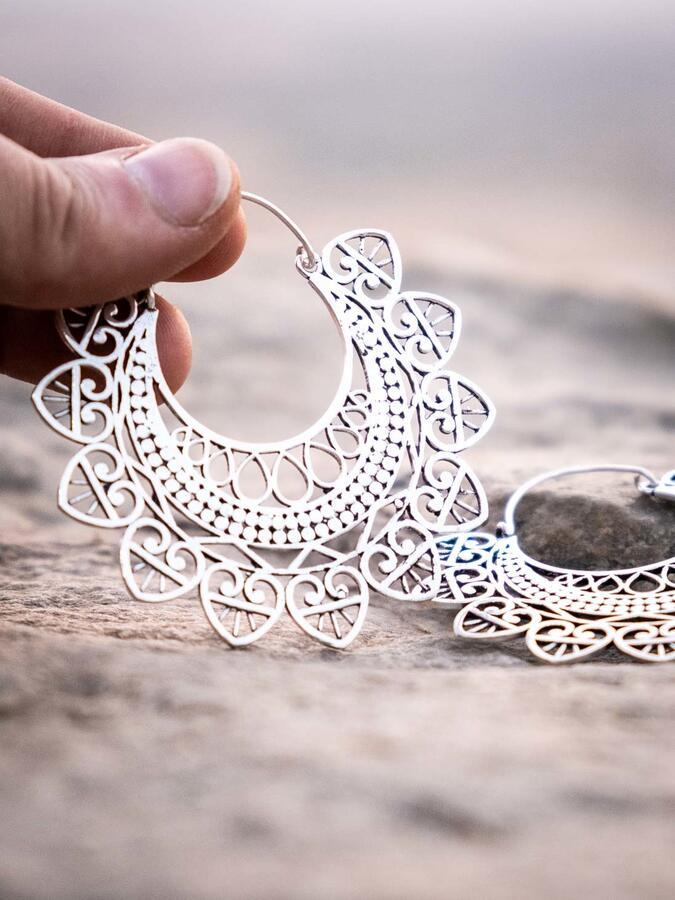 Orecchini grandi color argento con greche, cuori pendenti
