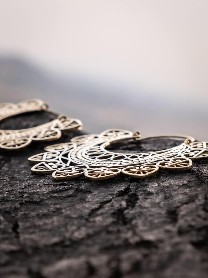 Orecchini grandi color oro con greche e cuori pendenti