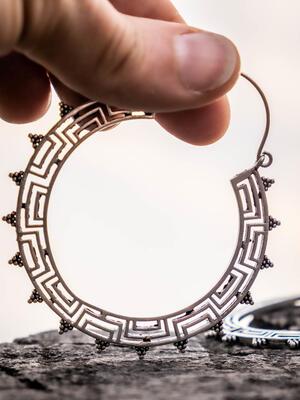 Orecchini grandi color argento ad anello e chiusura a gancio