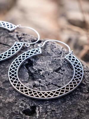 Orecchini grandi color argento a doppio anello e chiusura a gancio