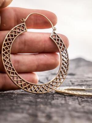 Orecchini grandi color oro a doppio anello e chiusura a gancio