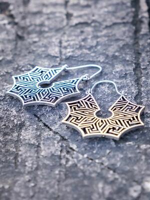 Orecchini pendenti ottone placcato argento con greche labirinto