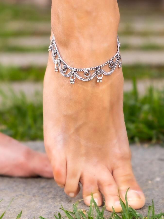 Cavigliera color argento gipsy con greche etniche a sezioni