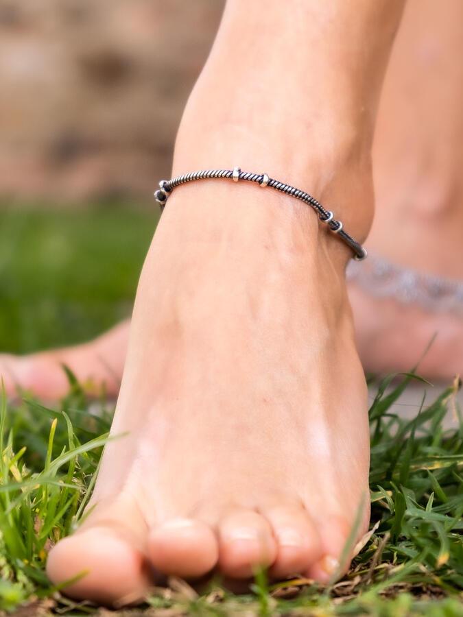 Cavigliera color argento a filo fine e anellini