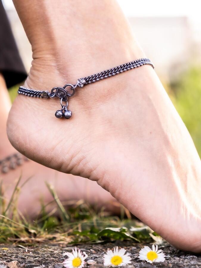 Cavigliera color argento catena a sezioni con chiusura campanellini