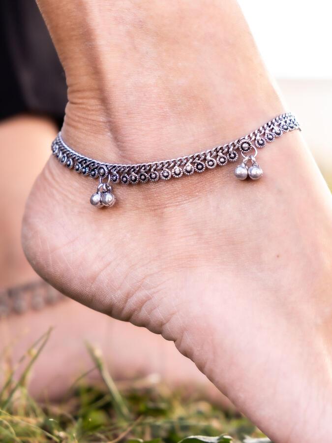 Cavigliera color argento a catena con greche etniche e campanellini