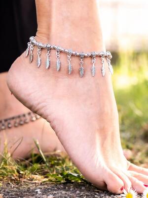 Cavigliera gipsy color argento con ciondoli piume