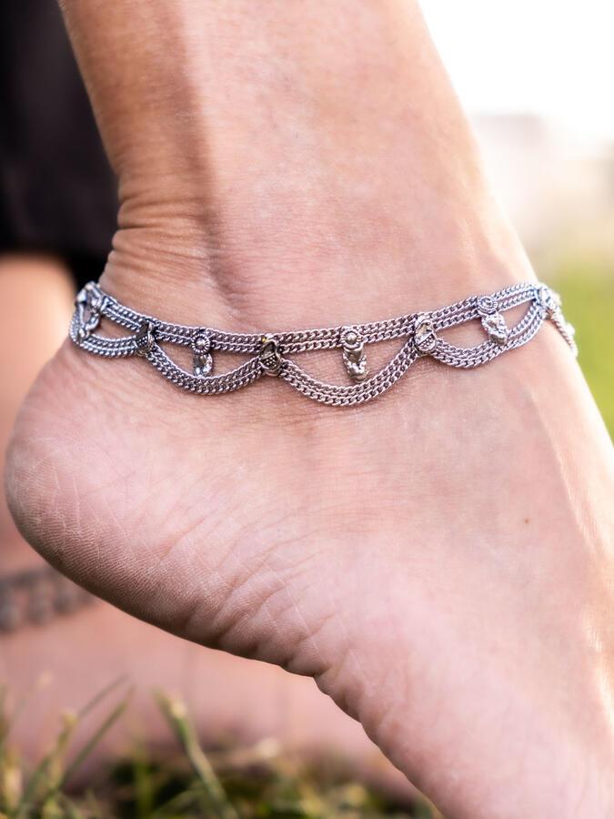Cavigliera color argento gipsy con due catene a sezioni e ciondoli
