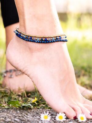 Cavigliera tre fili in ottone naturale e pietre dure naturali color blu