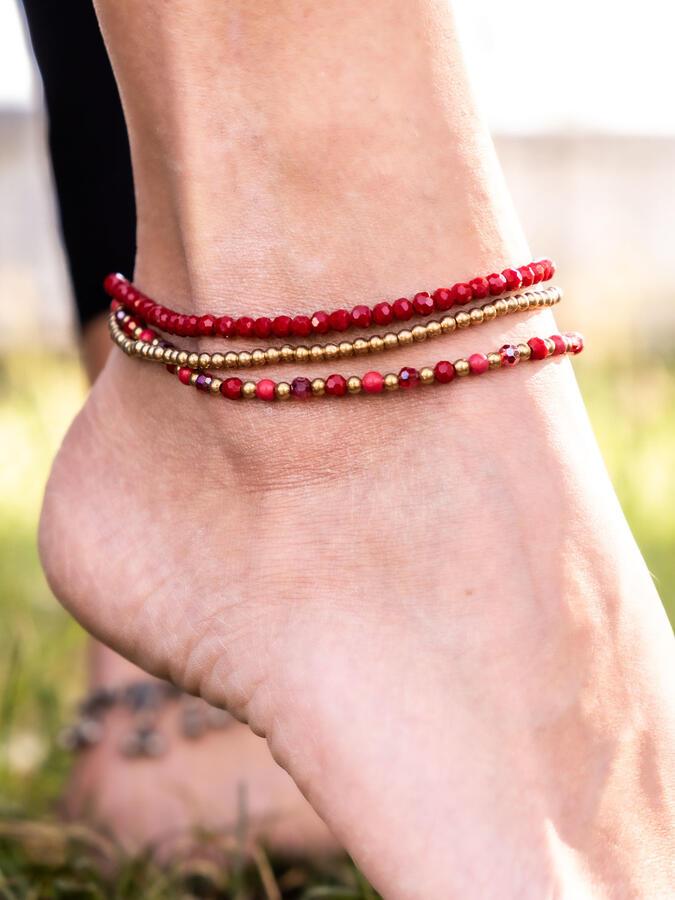 Cavigliera tre fili in ottone naturale e pietre dure naturali color rosso