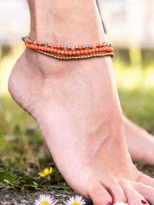 Cavigliera tre fili in ottone naturale e pietre dure naturali color corallo