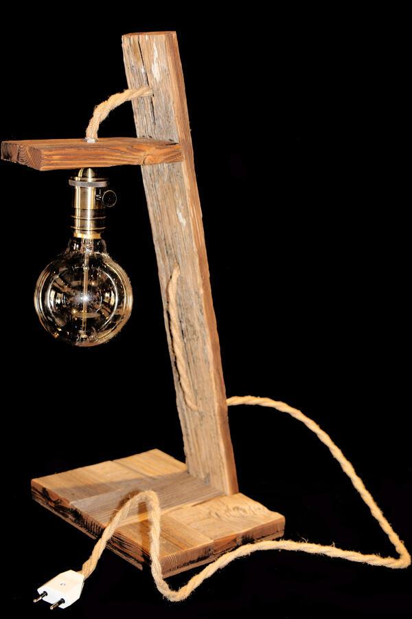 Lampada in legno vecchio