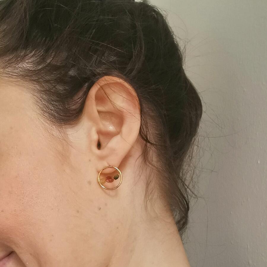 Orecchini tondi in gold-filled con inserto di tormaline