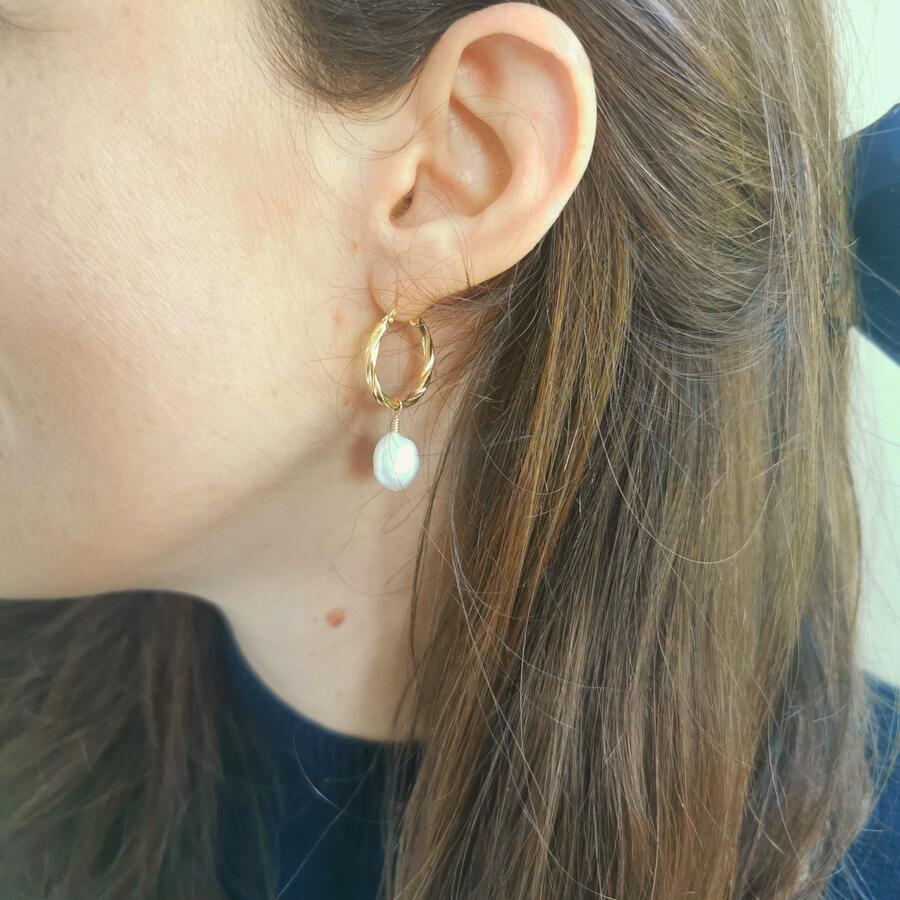 Cerchi twist in argento dorato con ciondoli asimmetrici