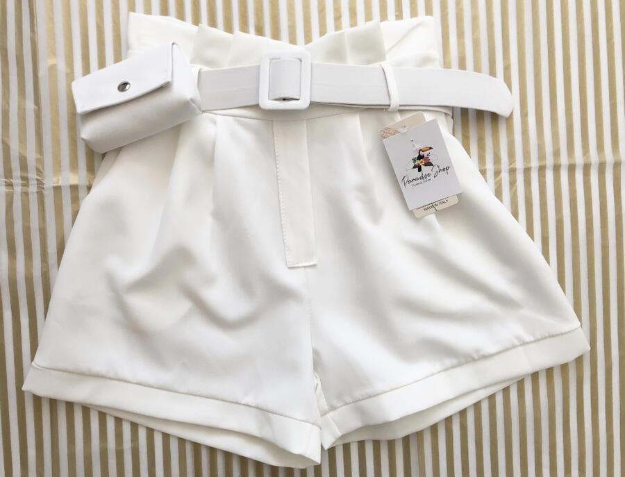 Pantaloncini con cintura e pochette inclusa