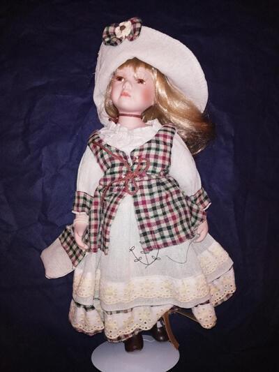 Bambola da Collezione in Porcellana con Vestito a Scacchi e Caelli Biondi RF Collection Qualità Made in Germany