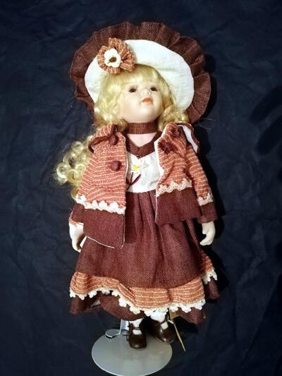 Bambola da Collezione in Porcellana con Lunghi Caelli Biondi e Fiore sul Cappello RF Collection Qualità Made in Germany