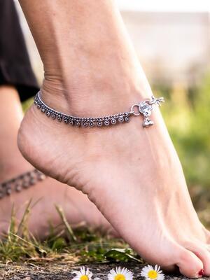 Cavigliera color argento a catena con greche etniche a ciondolini