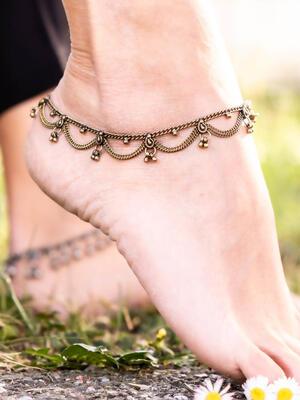 Cavigliera color oro gipsy con due catene a sezioni e ciondoli