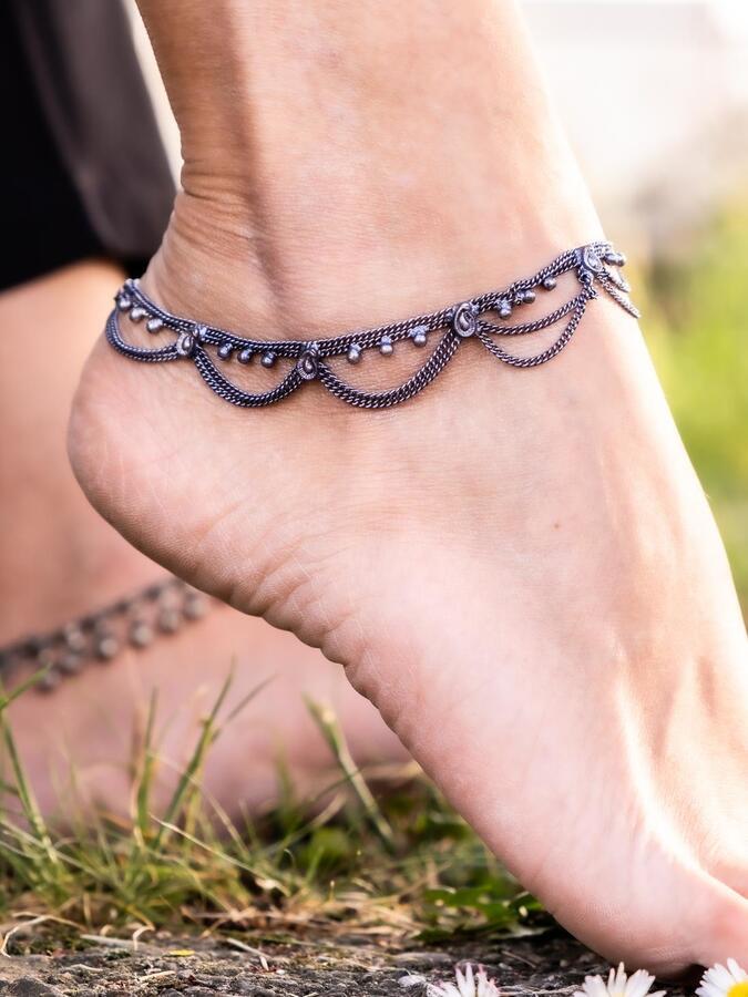Cavigliera color argento scuro gipsy con catenelle e ciondolini