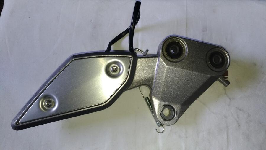 Yamaha FZ1 1000 anno 2007. Supporto Pedana Destra .