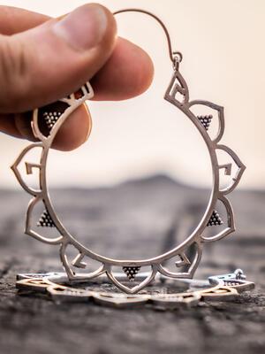 Orecchini grandi argento rotondi con greche di petali etnici