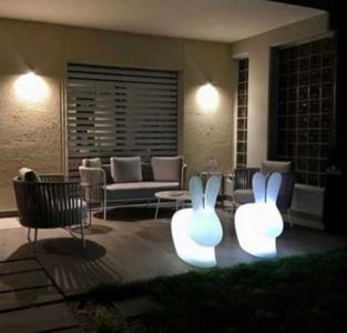 Lampada Ricaricabile da Terra Rabbit al LED di Qeeboo in Polietilene - Offerta di Mondo Luce 24