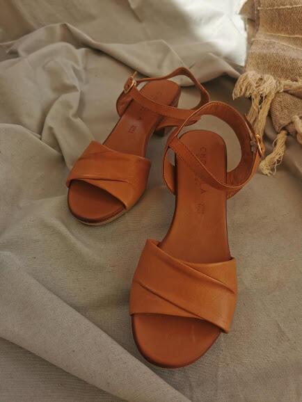 Sandalo con tacco cuoio