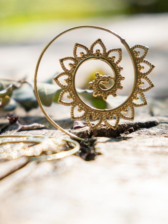 Orecchini ottone rotondi con spirale a fiore