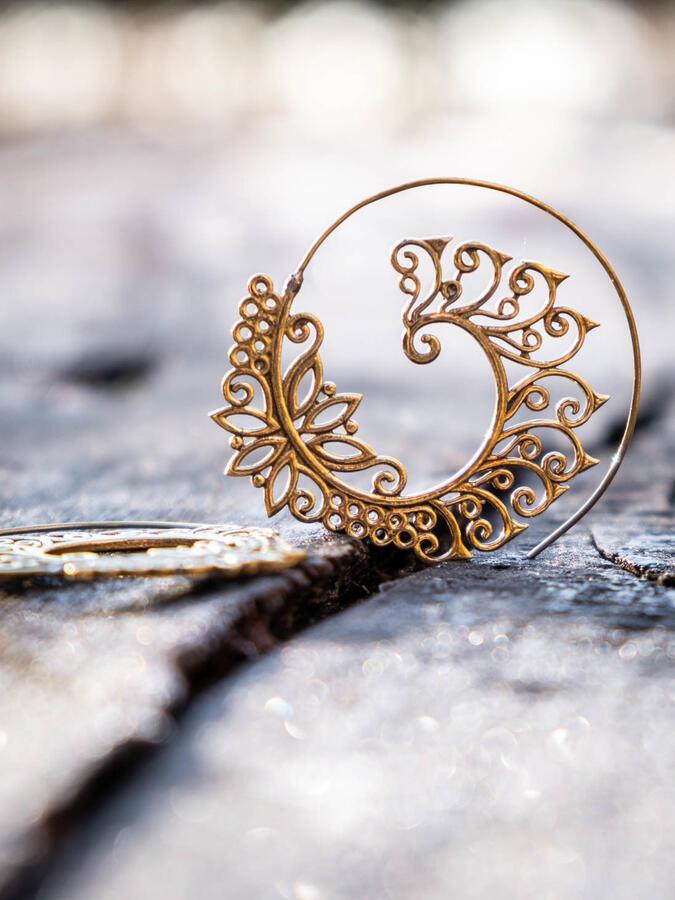 Orecchini ottone rotondi a spirale stile foglia
