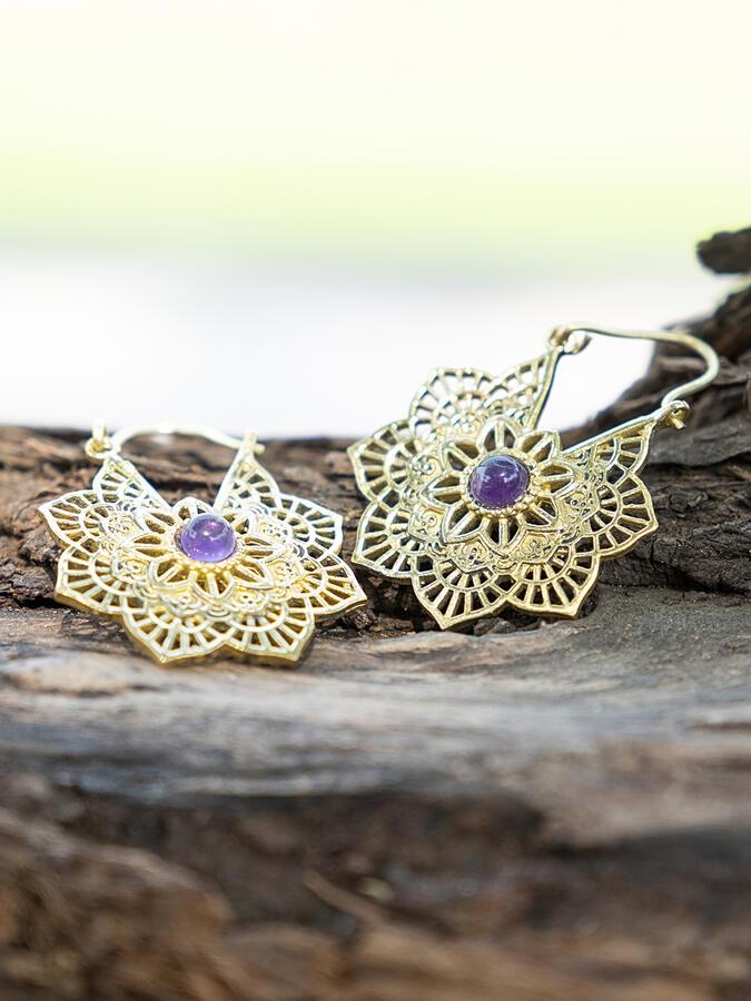 Pendientes de flores de color oro con cierre de gancho y piedra Amatista