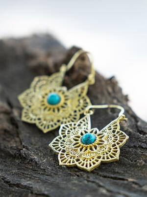 Orecchini ottone a fiore con chiusura a gancio e pietra Turchese