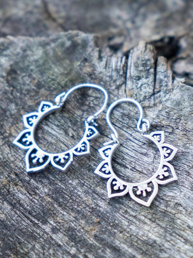 Orecchini argento mini, rotondi, con greche di petali a cuore e chiusura a gancio