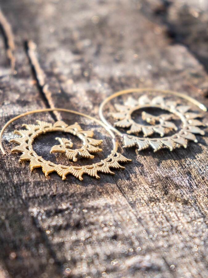 Orecchini dorati rotondi a spirale con ali