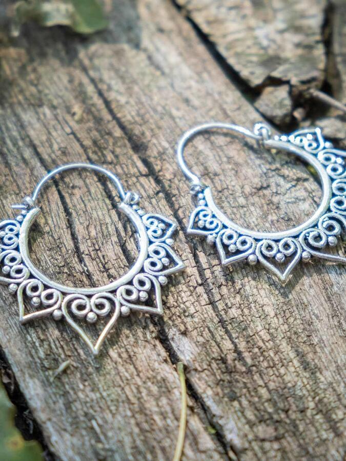 Orecchini argento rotondi, con greche di petali a cuore e chiusura a gancio