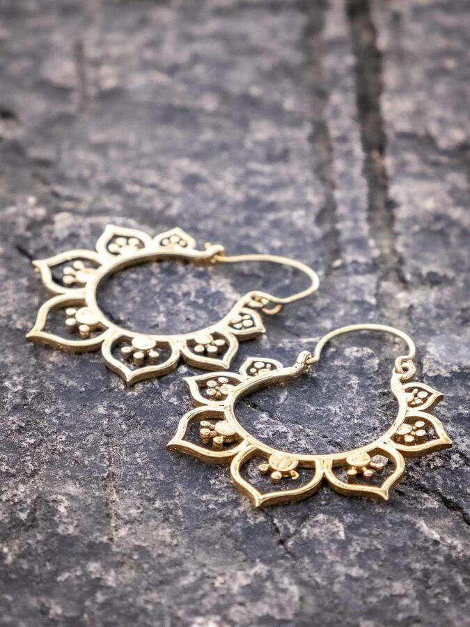 Orecchini ottone rotondi con greche di petali a cuore