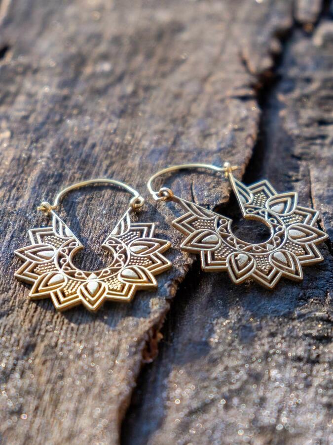 Orecchini ottone rotondi, con greche di petali a stella e chiusura a gancio