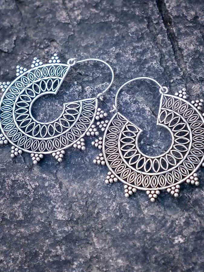 Orecchini grandi color argento a mandala con foro centrale