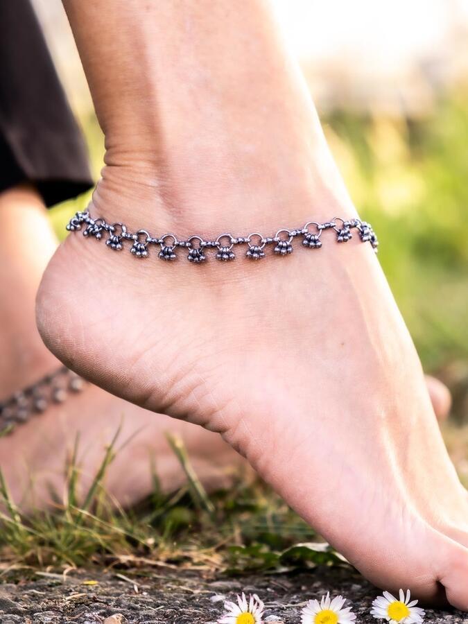 Cavigliera color argento catena a cerchi e piccoli ciondoli