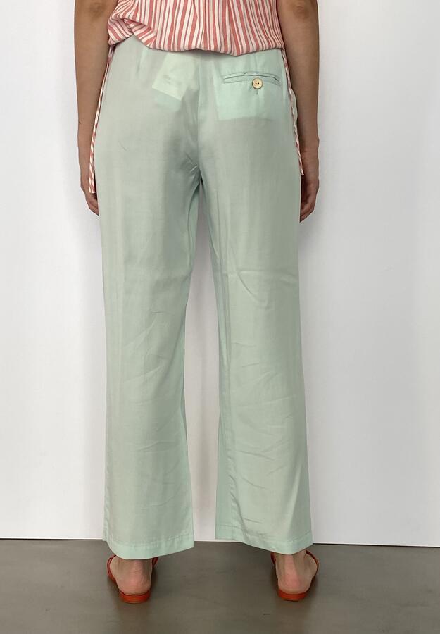 Pantaloni con tasche.