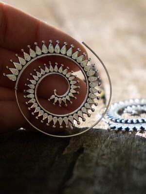 Orecchini argento rotondi con spirale a raggi di sole